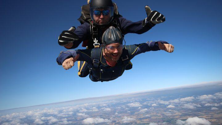 Ce qu'il y a à savoir sur le saut en parachute en tandem
